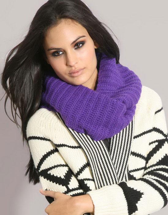 Особенно стильно смотрится шарф-хомут, связанный английской резинкой.  Шарф-хомут - это красиво и модно.