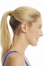 Гладко зачесанные волосы собраны в хвост на затылке.