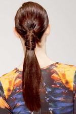 Хвост, оформленный крупной прядью волос