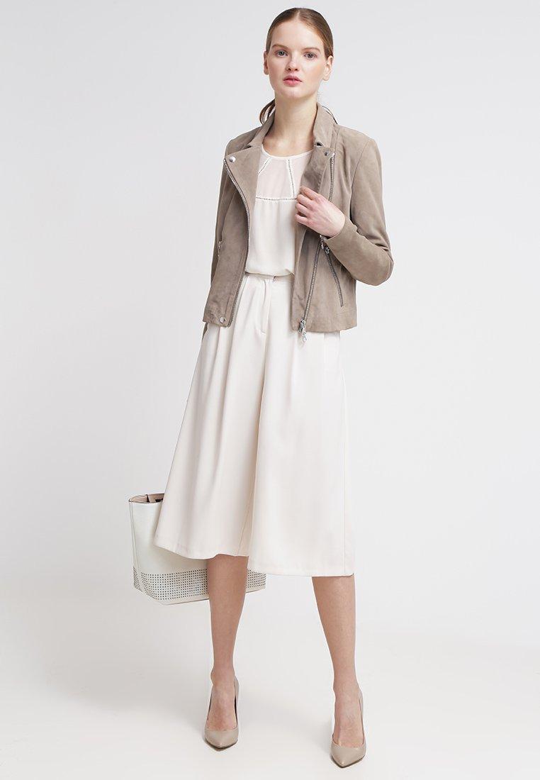 Кожаная куртка — стильное решение для любой фигуры новые фото