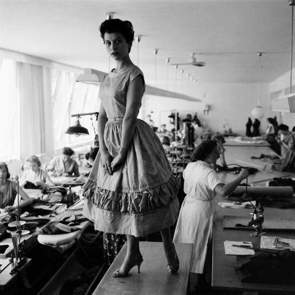 ... Стиль Нью Лук, Дом Мод - Восточный Берлин, 1950-е годы Модели в стиле  New look ... 2d6126dcac7